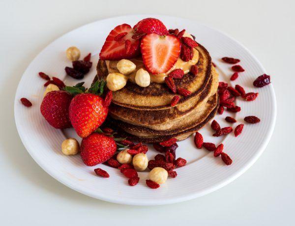 pancakes de coco con fresas y crema