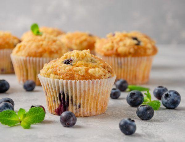 muffins keto de queso y arándanos