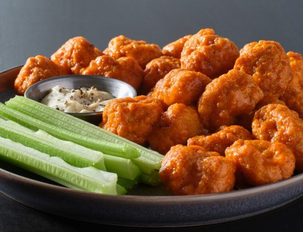 Nuggets de pollo con salsa ranch de aguacate
