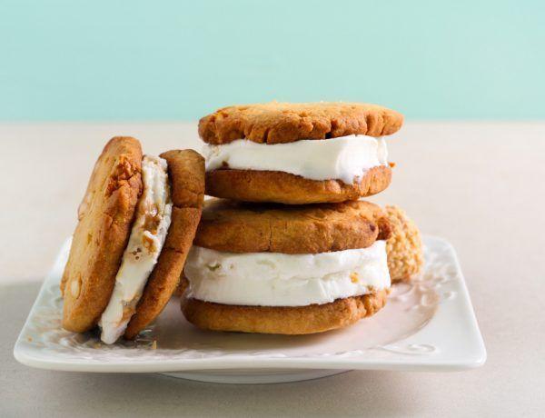 postre keto de galleta rellena con helado